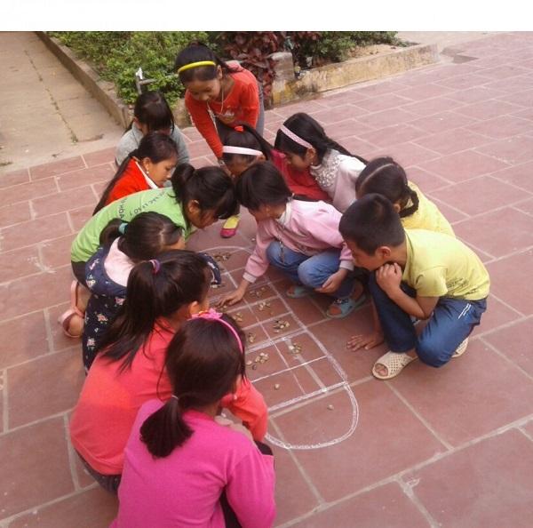 Ô ăn quan luôn là trò chơi nhiều hứng thú của trẻ em.